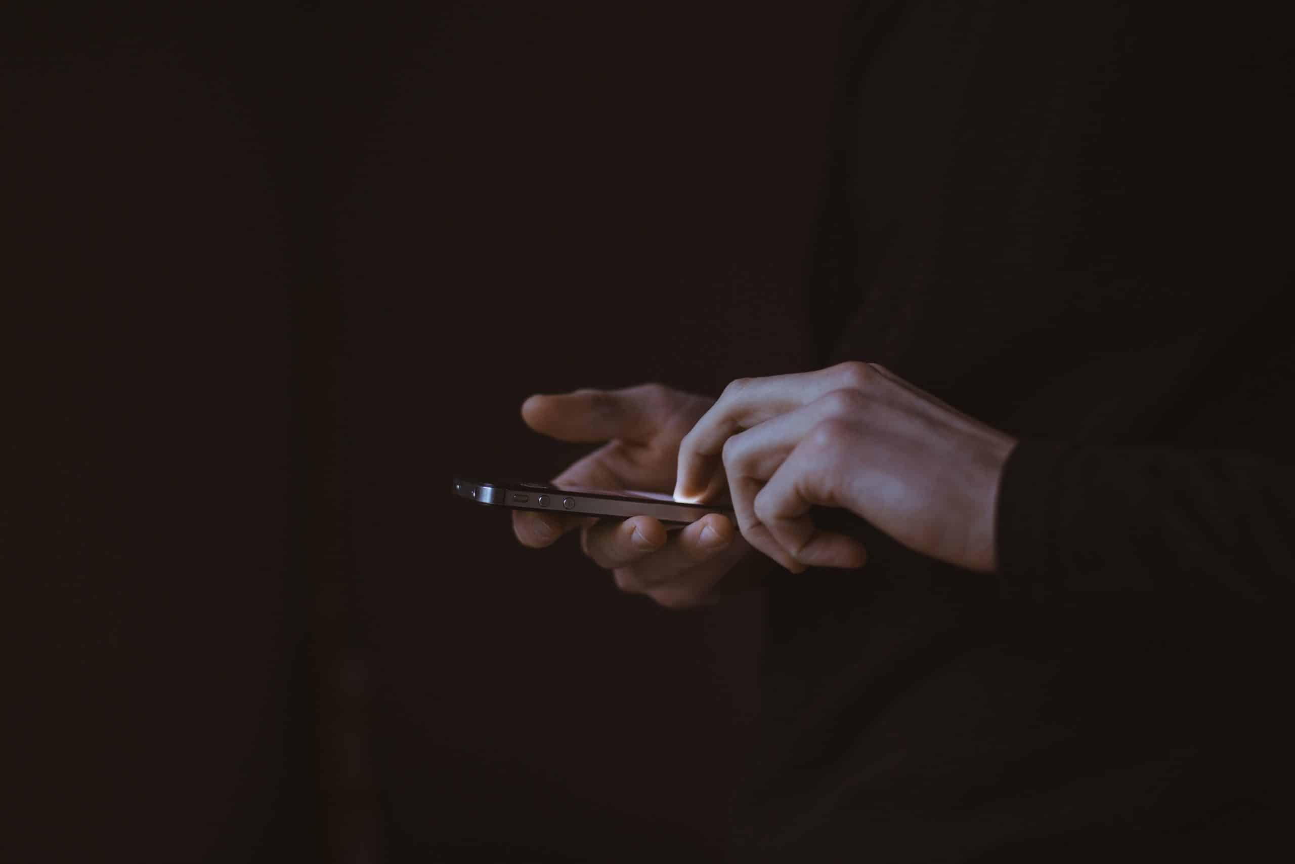 Mãos mexendo em celular
