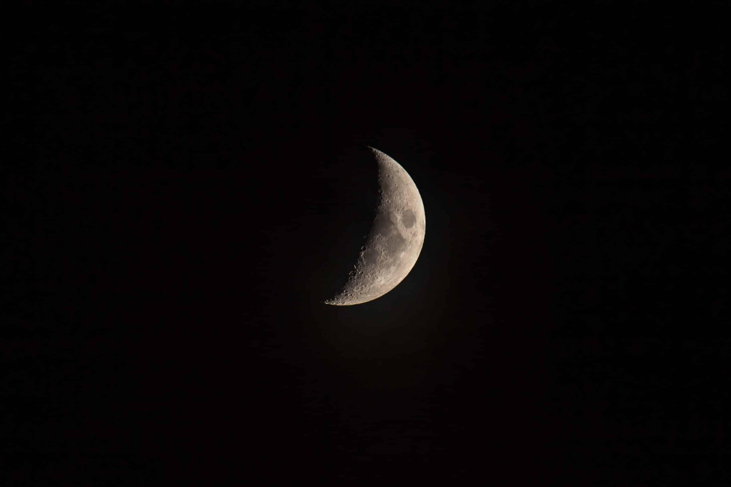 Lua crescente no céu.
