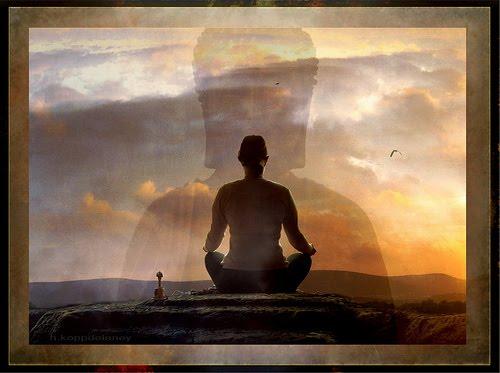 Foto de pessoa sentada com as pernas cruzadas, meditando enquanto olha o horizonte. Representando Workshop Jornada Interior.