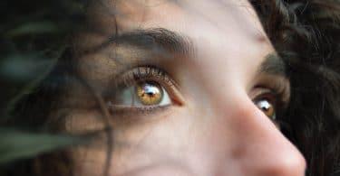 Rosto com foco nos olhos olhando para cima iluminados