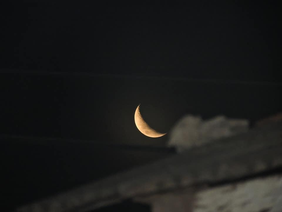 Lua minguante no céu.