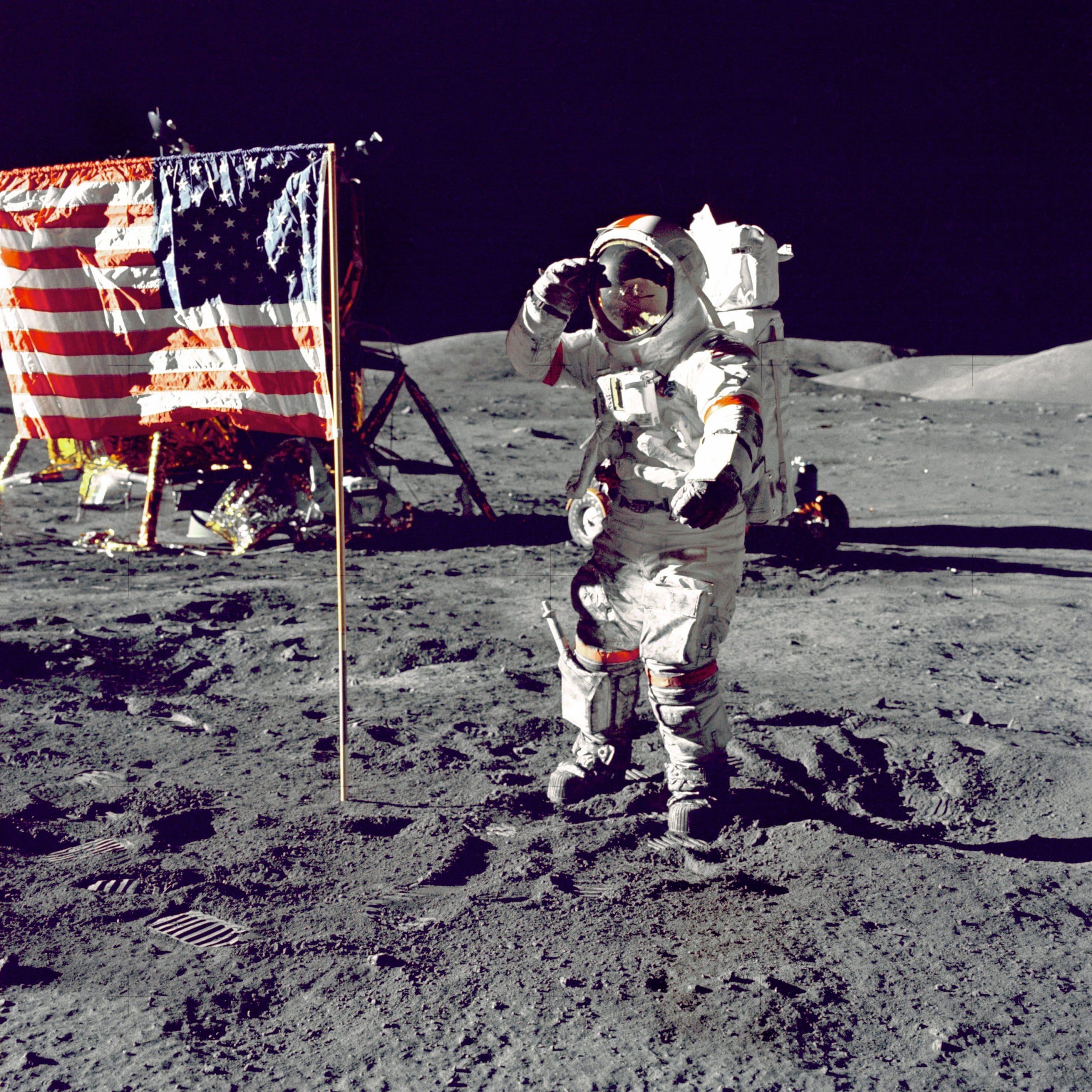 Astronauta na Lua com bandeira dos Estados Unidos