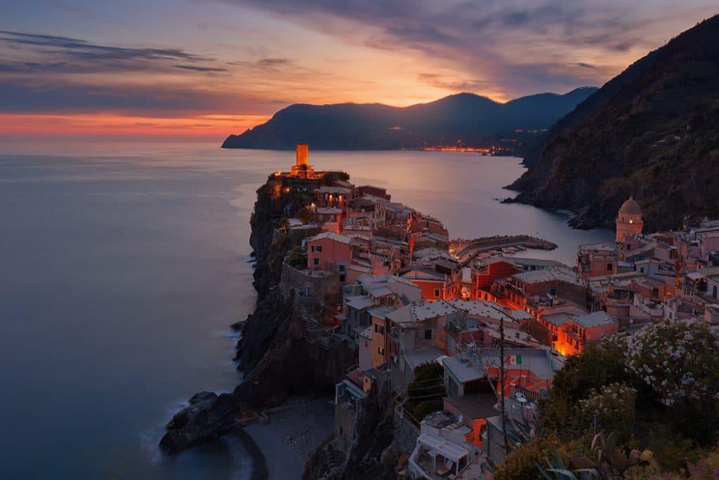 Foto de vila de casas, em uma península, perto do mar