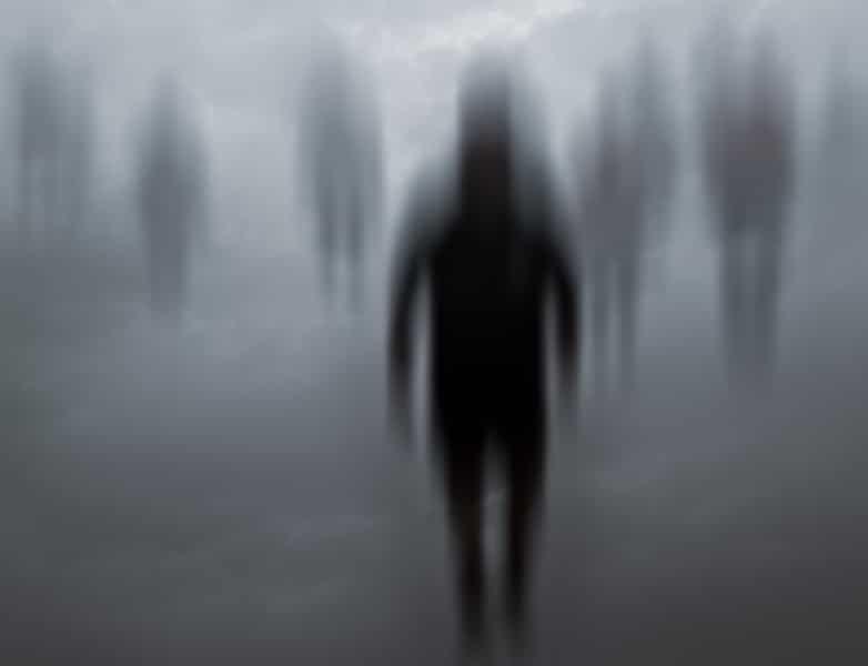 Imagem ilustrativa de vultos pretos em um fundo cinza, representando almas penadas