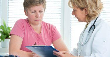 Mulher recebendo diagnóstico de médica