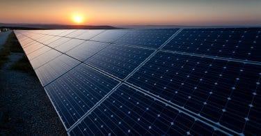 Sol aquecendo placas solares.