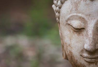 Estátua de Buda de olhos fechados.