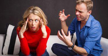 Homem se explicando para mulher com expressão de ódio.