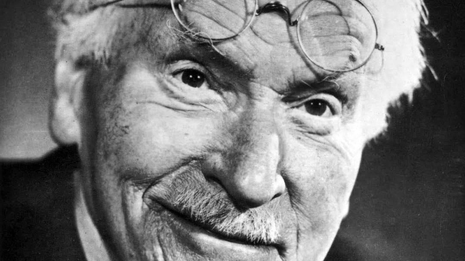 Carl Jung sorrindo.