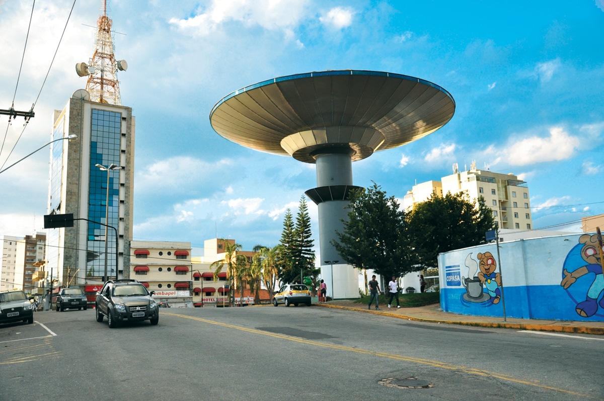 Monumento em forma de disco voador na entrada de Varginha.