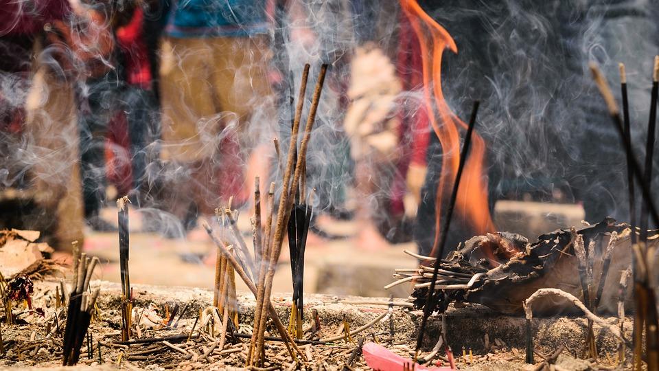 Incensos de canela queimando e soltando fumaça.