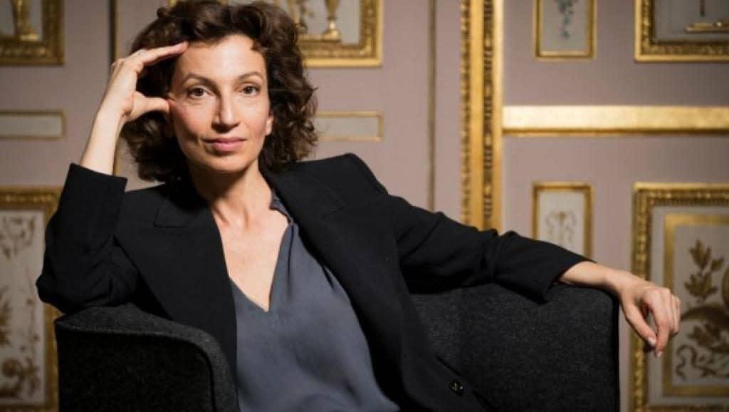 Mulher sentada em uma poltrona posando para a foto. A mulher é Audrey Azoulay, diretora-geral da UNESCO.