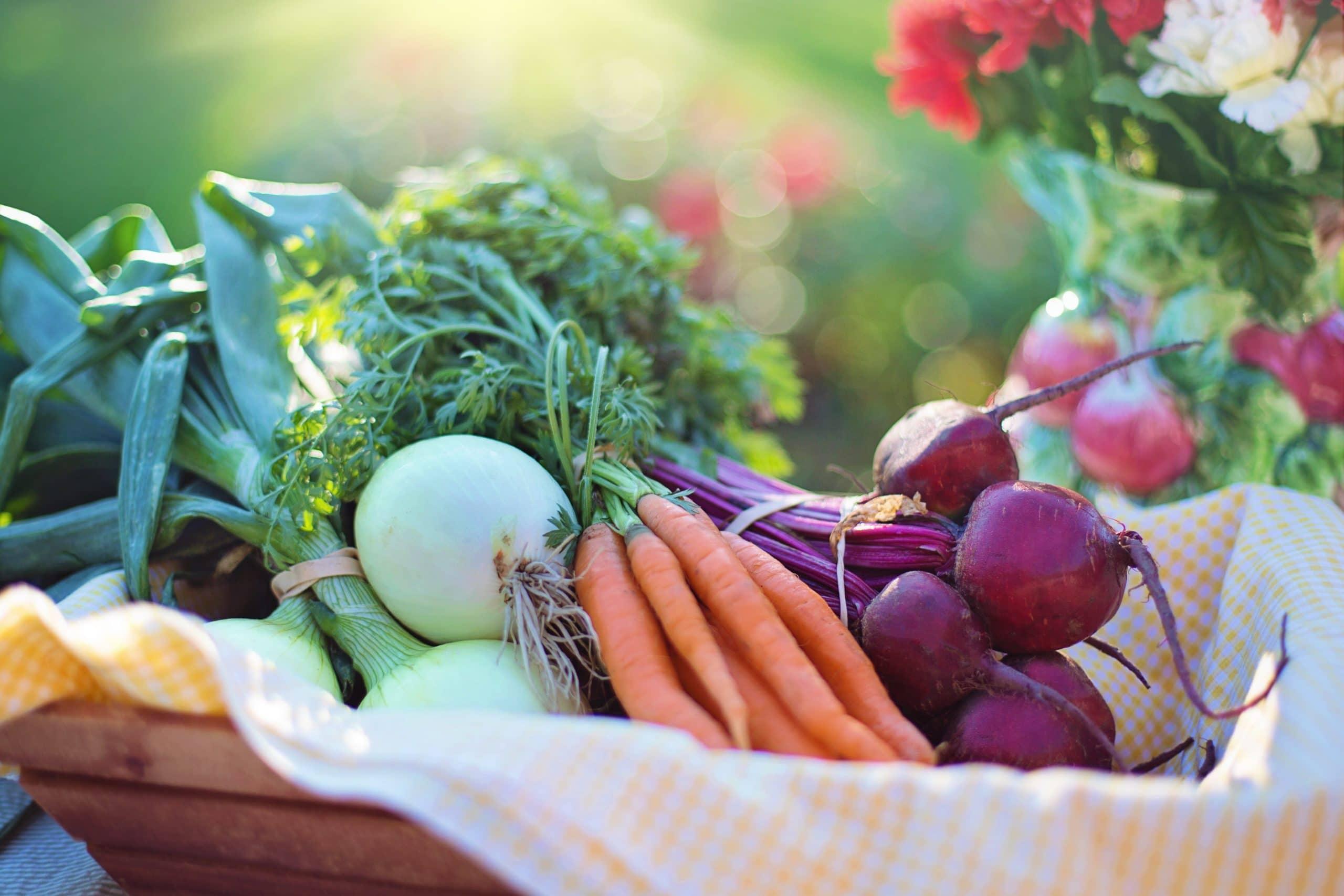 Cesta cheia de frutas e legumes.