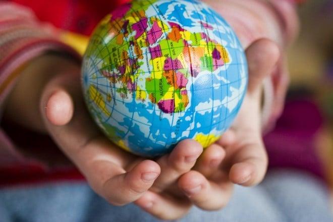 Mãos segurando um globo de tamanho médio