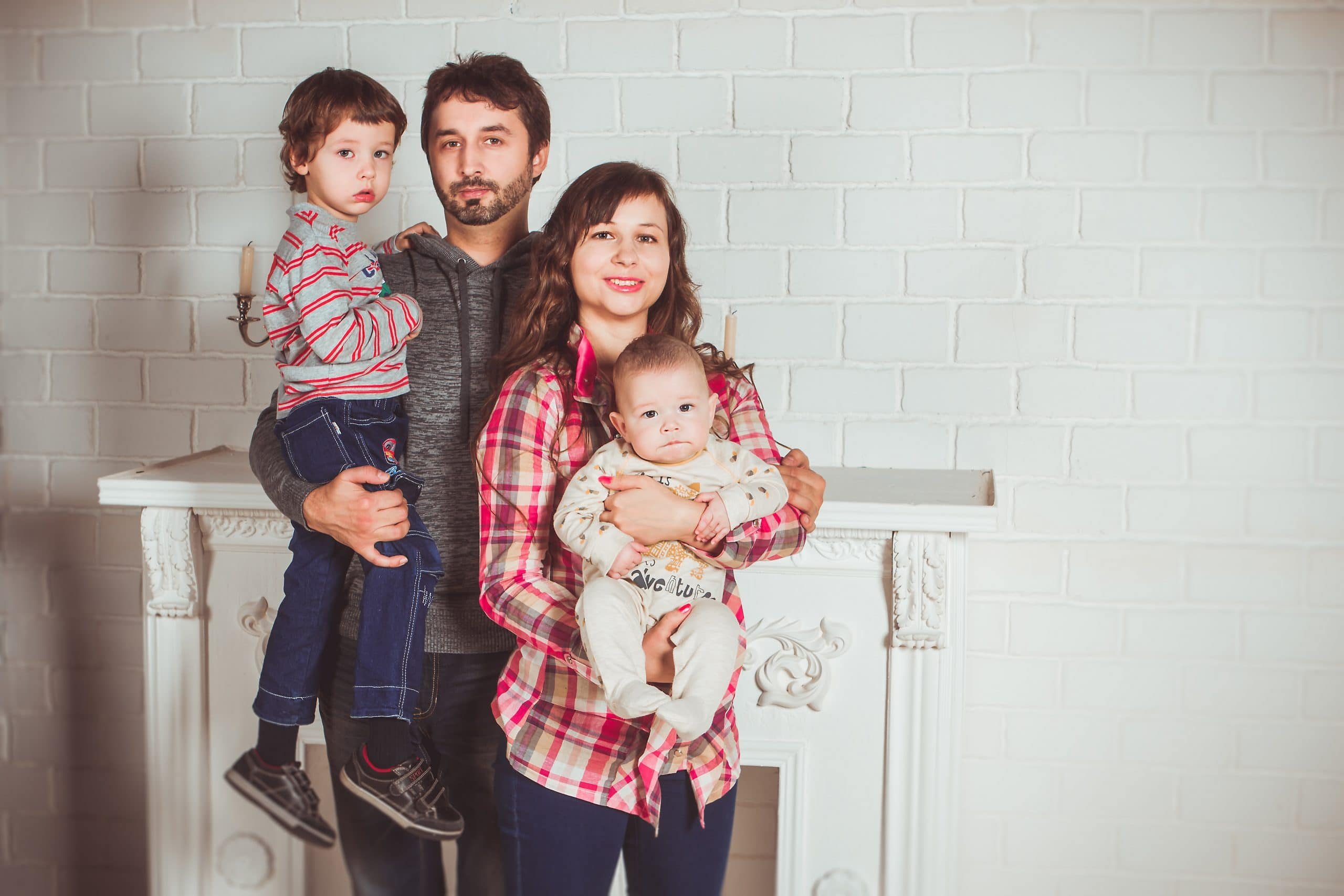 Pai, mãe e dois filhos pequenos.