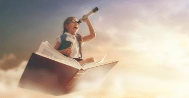 Menina em um livro flutuando no céu com uma lupa na mão.
