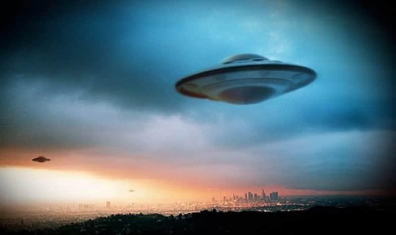 Disco voador no céu.