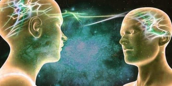 Ilustração de dois bonecos, representando pessoas, trocando energias entre seus cérebros, representando o campo morfogenérico.