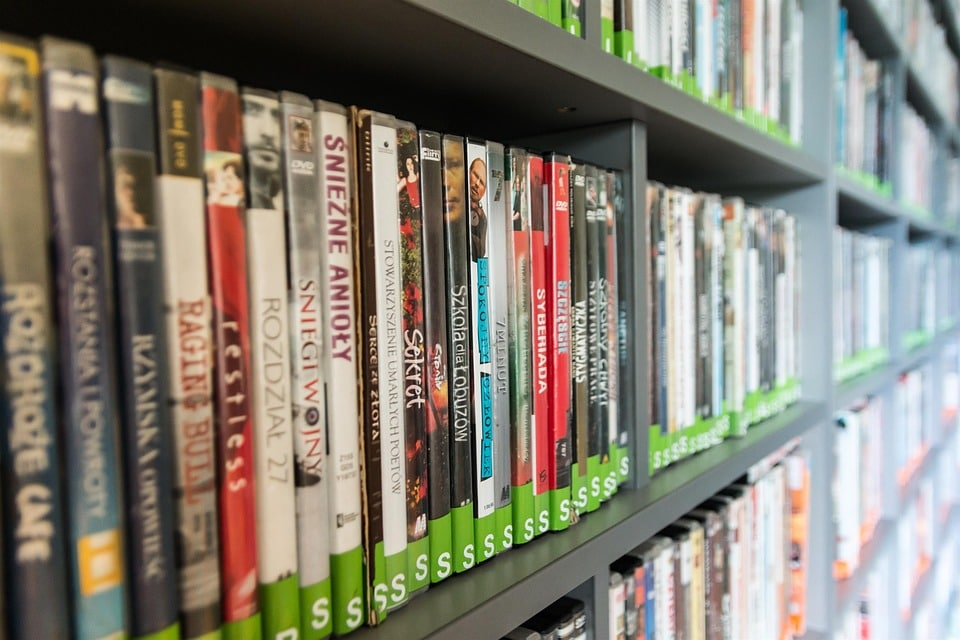 Foto de prateleiras cheias de dvd's e cd's