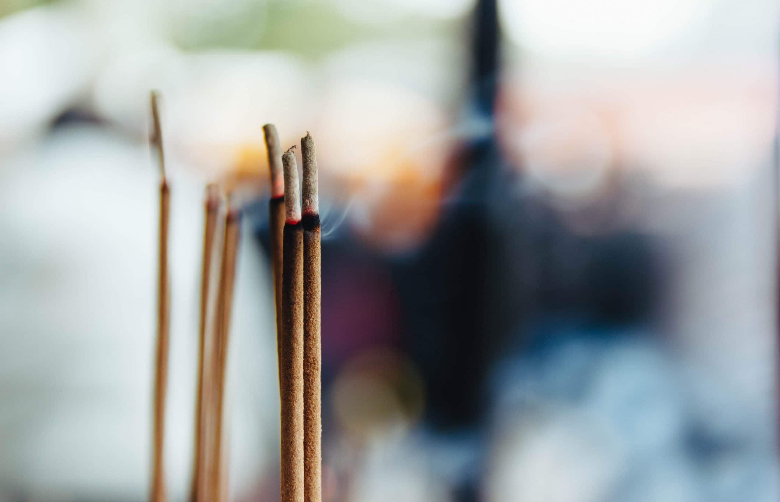 Pontas de incensos queimando