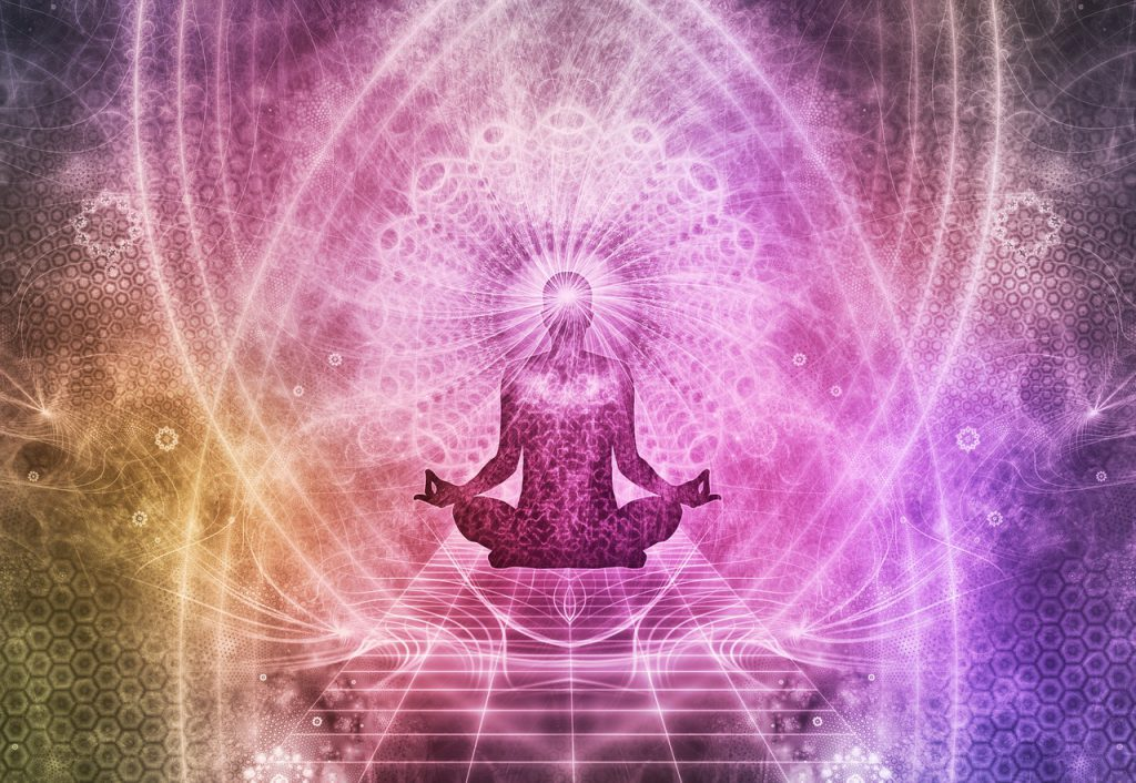 Silhueta de uma pessoa em posição de meditação, com traços, mandalas e variações das cores roxa, amarela e rosa.
