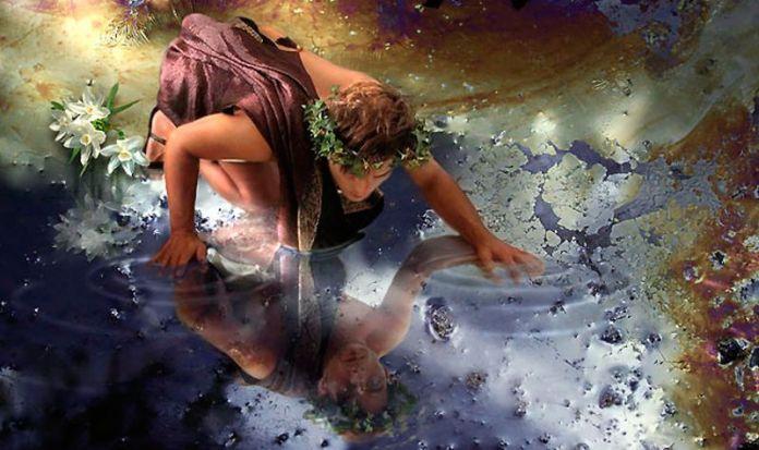 Narciso olhando o seu reflexo em um lago.