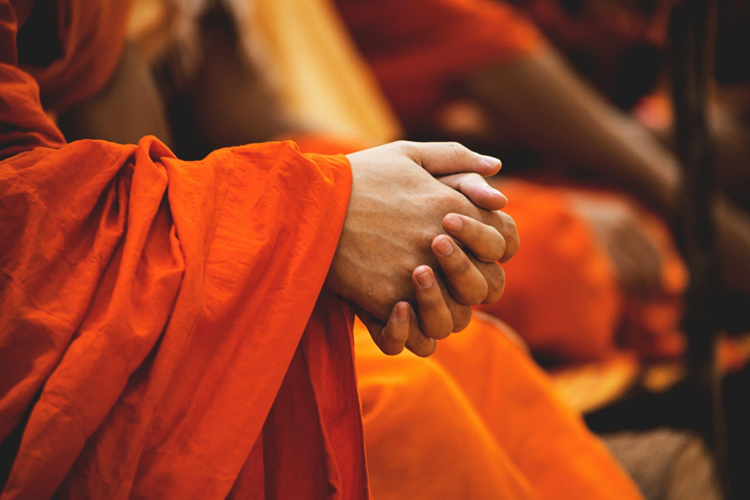 Mãos de um monge budista em oração.