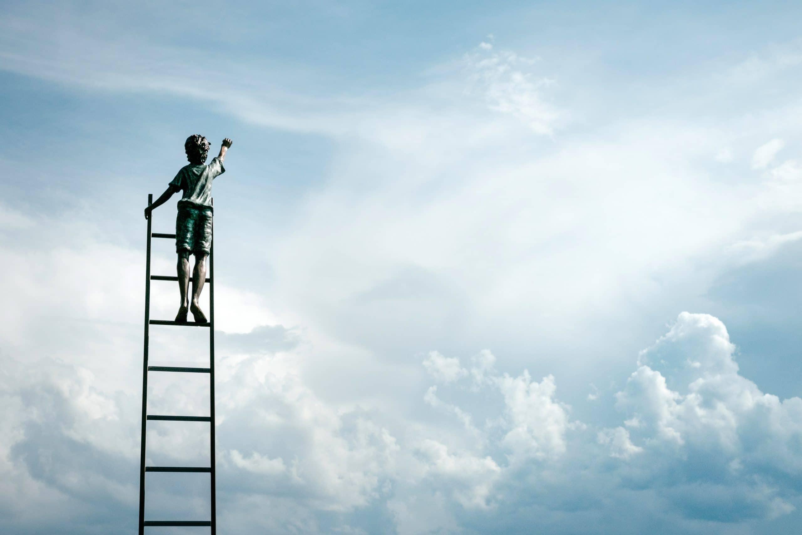 Menino subindo no céu por uma escada.