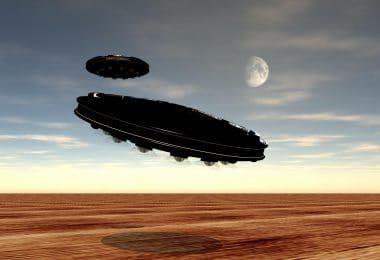 Discos voadores sobrevoando o planeta com a Lua ao fundo.