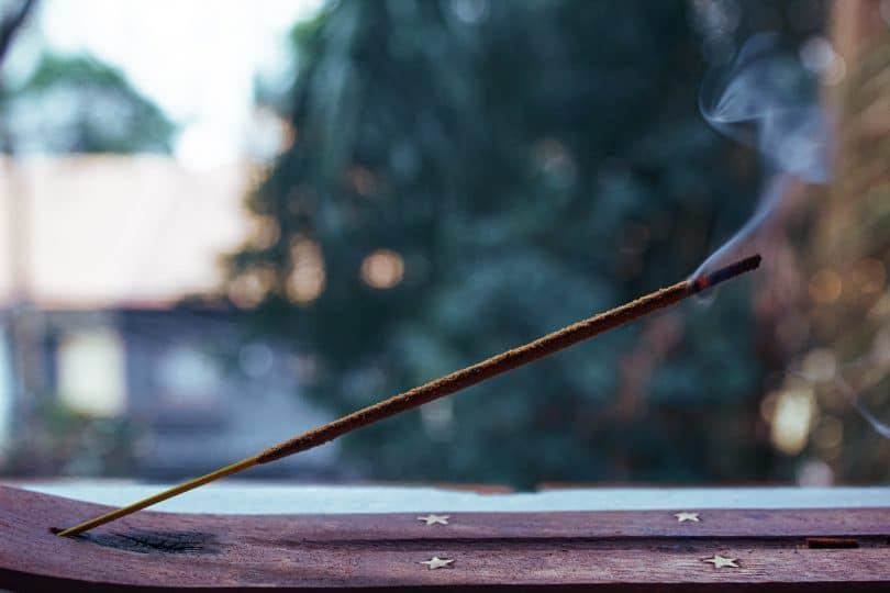 Incenso queimando em suporte na janela