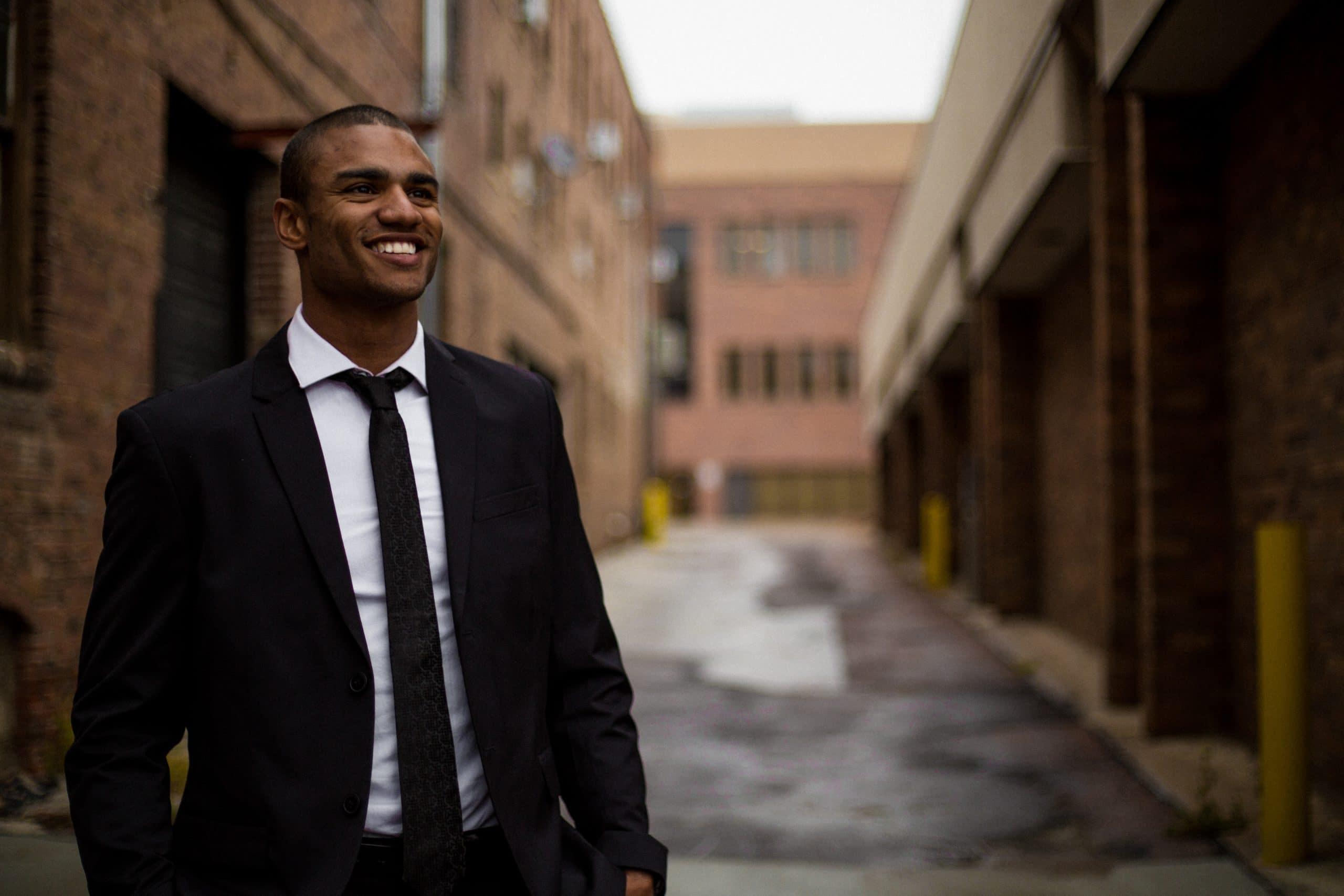 Homem de terno e gravata sorrindo