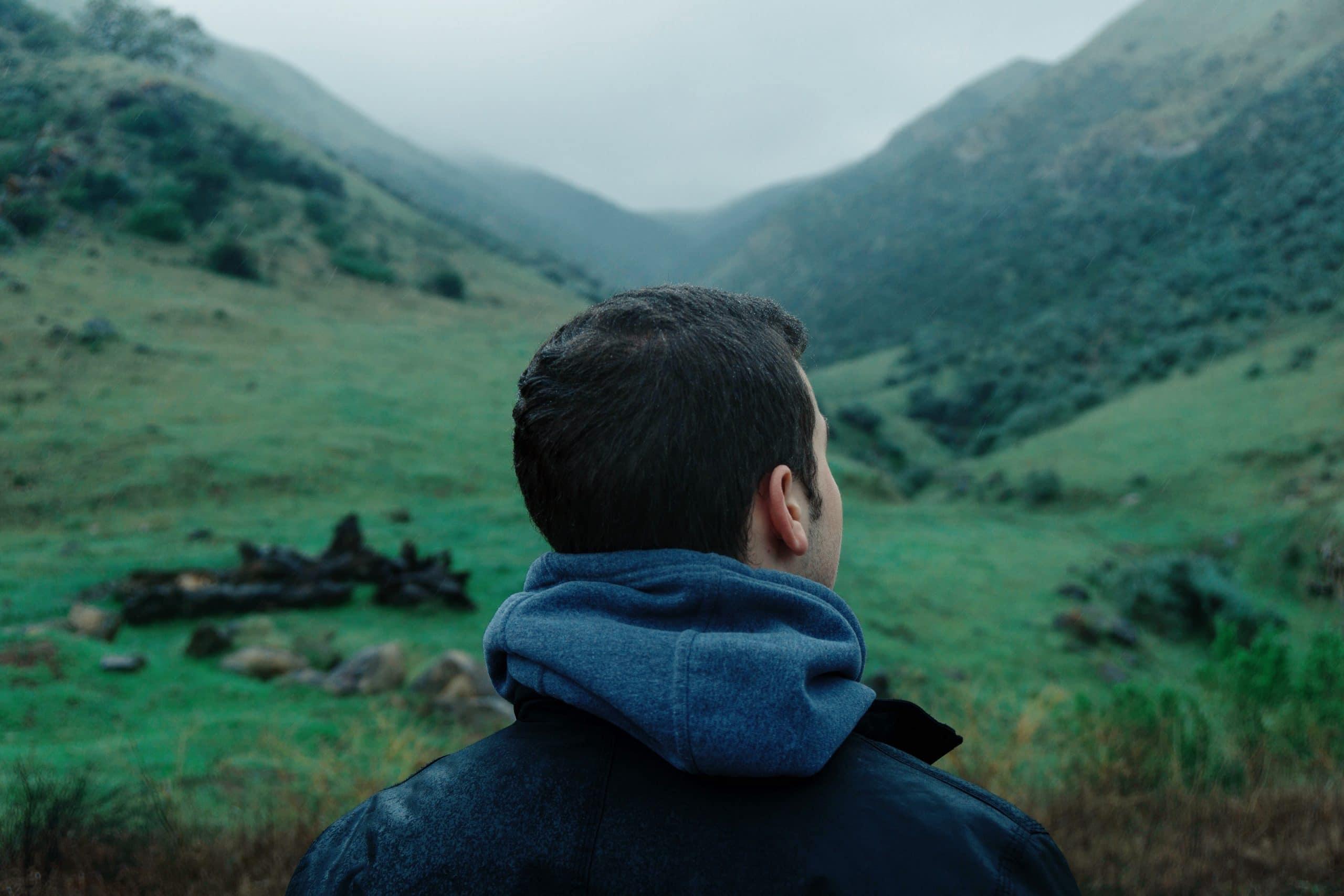 Homem olhando para o horizonte.