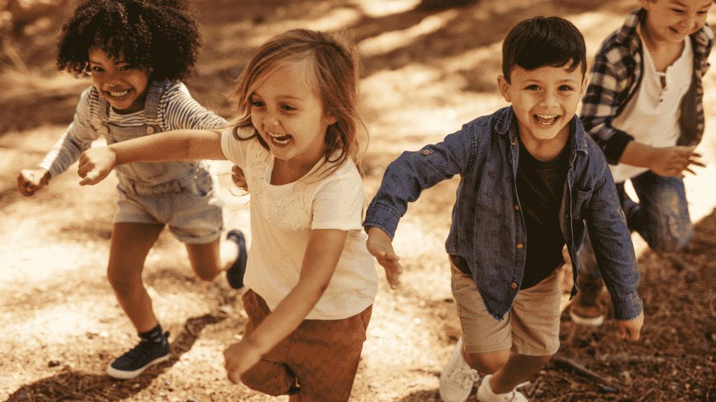Crianças felizes correndo