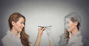 Mulher desenhando a própria imagem.
