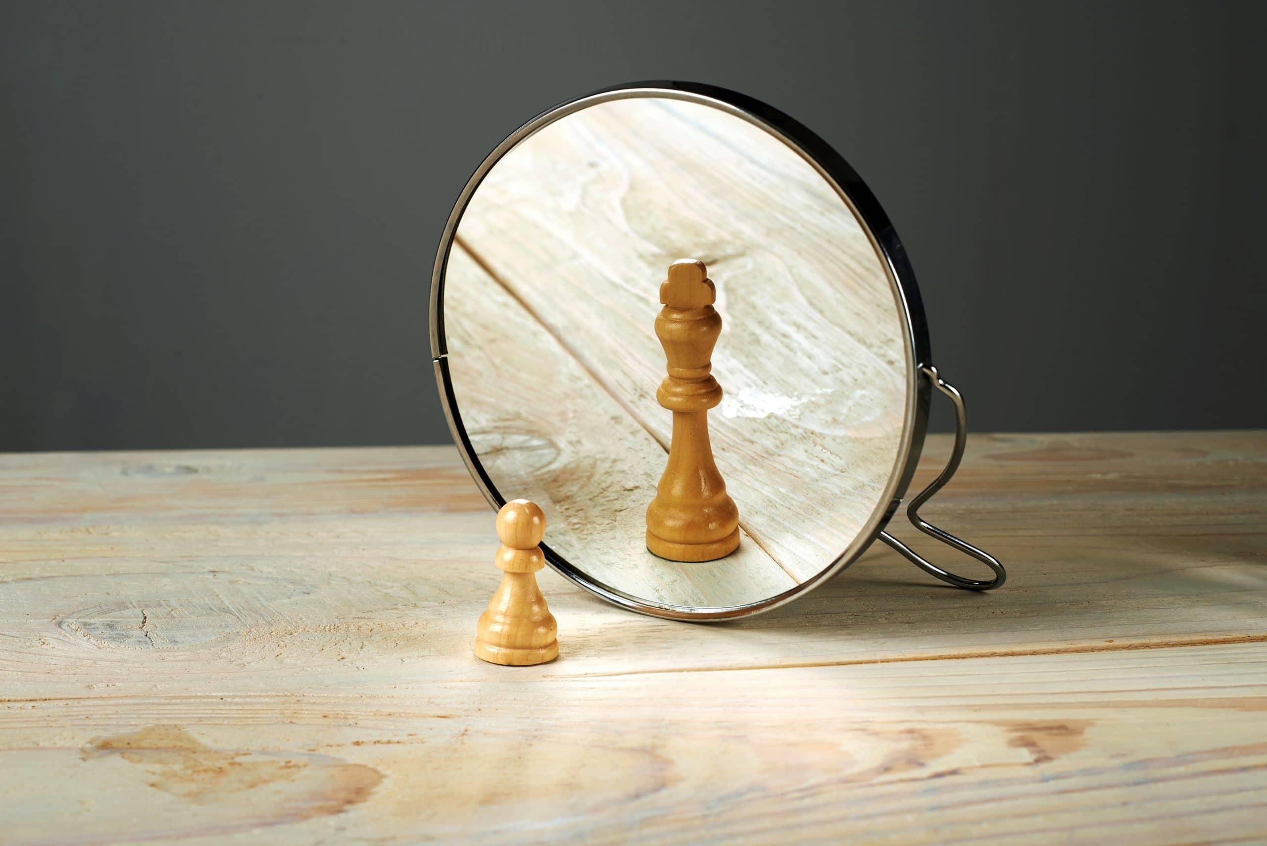 Peão de Xadrez em frente a um espelho