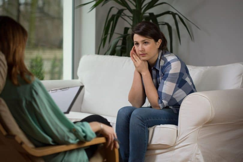 Mulher em consulta com psicóloga