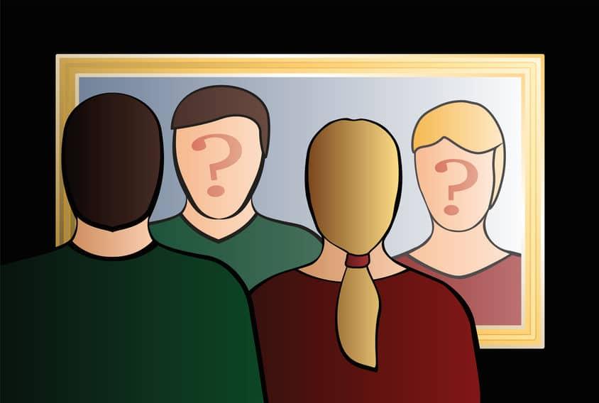 Homem e mulher em ilustração olhando-se no espelho com ponto de interrogação em seus rostos