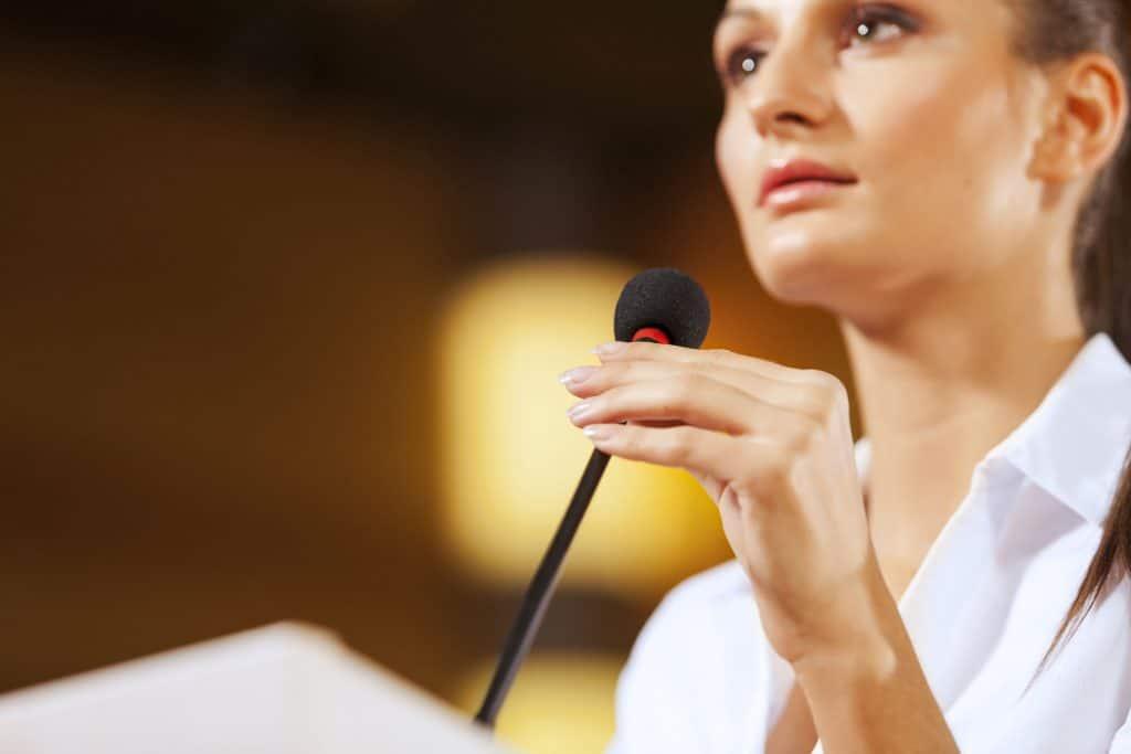 Mulher olhando para o público.