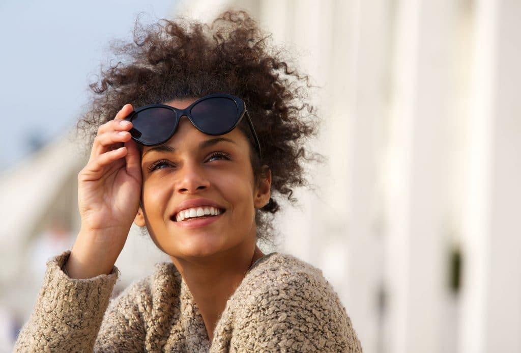 mulher negra com óculos de sol