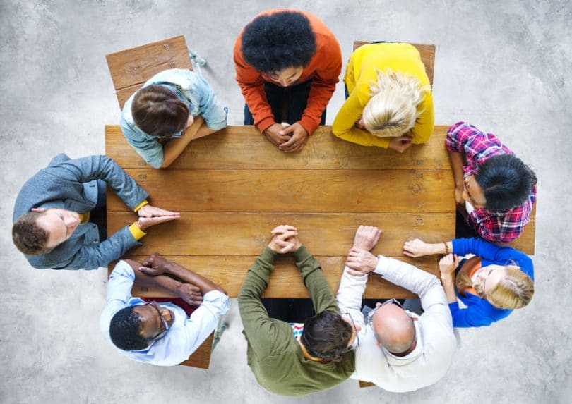 Pessoas conversando em uma mesa