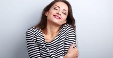 Mulher feliz abraçando a si mesmo