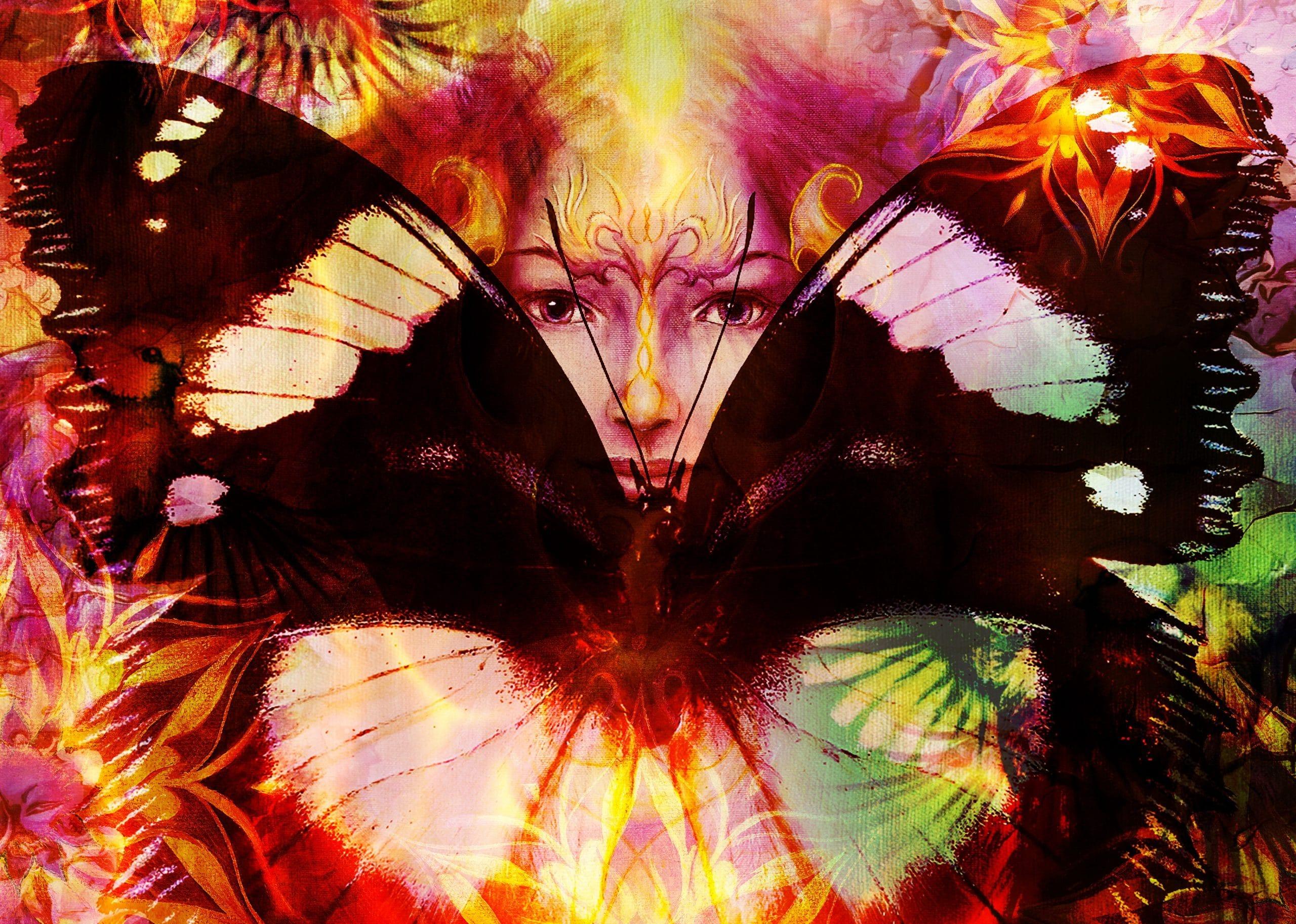 Mulher atrás de borboleta