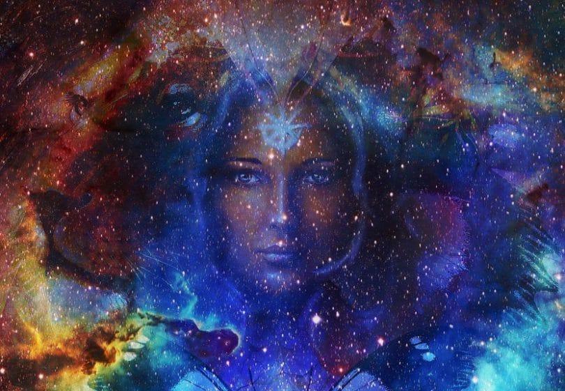 Mulher entre nebulosas