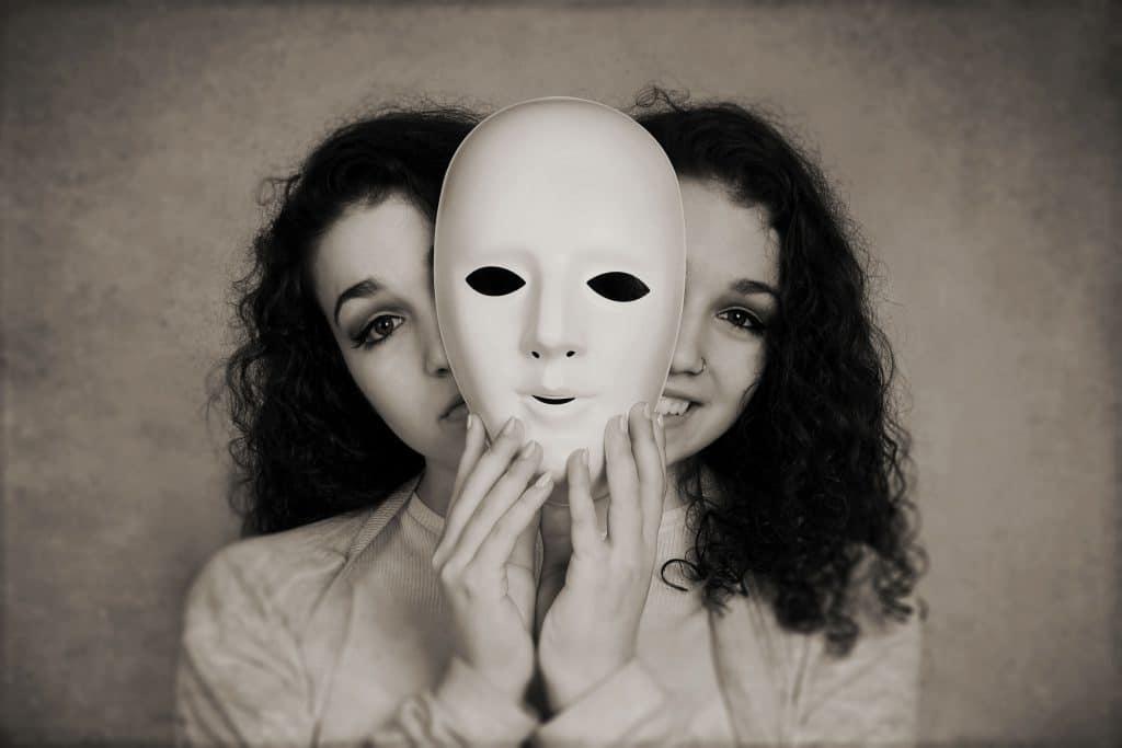 Mulher segurando máscara