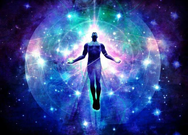 Pessoa no centro de constelação