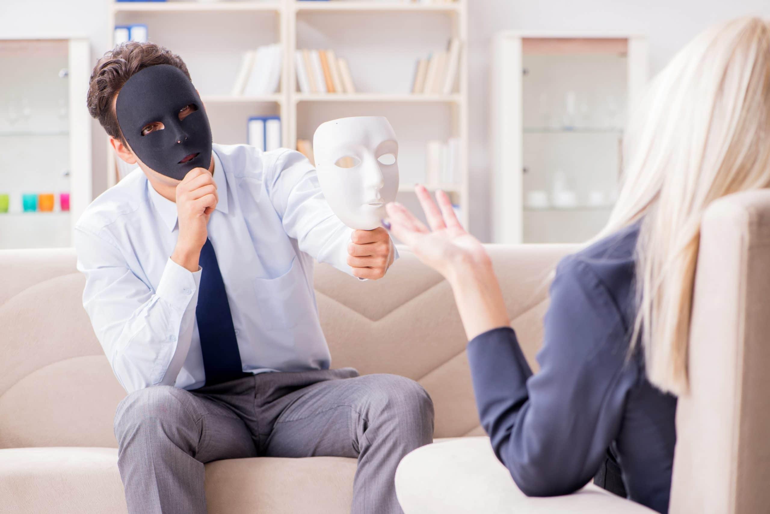 Homem segurando máscara