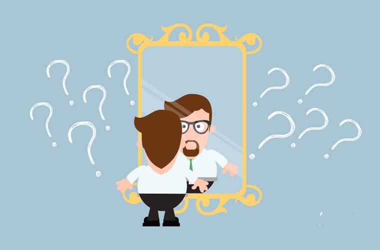 Homem olhando-se no espelho