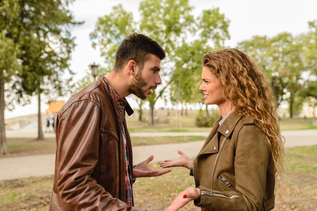 Casal em parque discutindo
