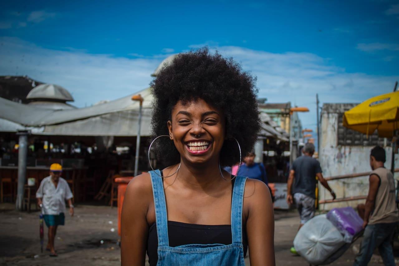 Mulher sorrindo feliz vista de frente