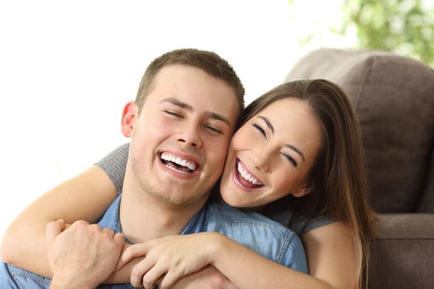 Casal feliz e sorrindo